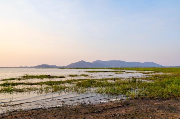 バンプラ貯水池、シラチャチョンブリ、タイの風景の夕日