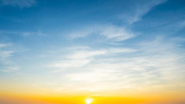 スカイライトブルーの空雲の背景