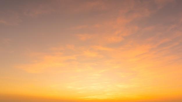 燃えるようなオレンジ色の夕焼け空。美しい空。