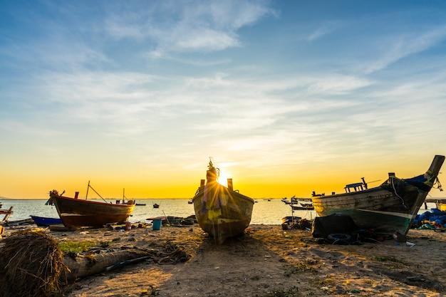 バンプラビーチ、シラチャチョンブリ、タイで日没のビーチで漁船