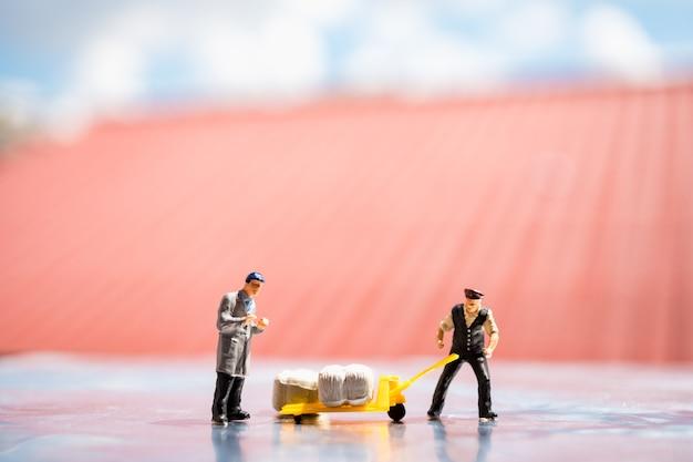 ミニチュア人、雇用主は作業現場での労働を制御し、ロジスティックおよびビジネスコンセプトに使用する
