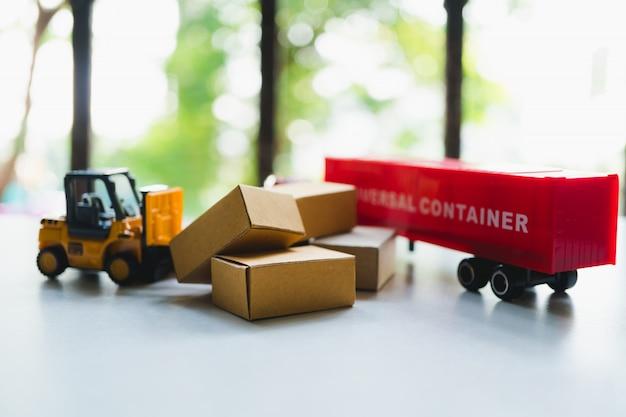 Транспортное средство с картонными коробками в качестве концепции логистики и доставки