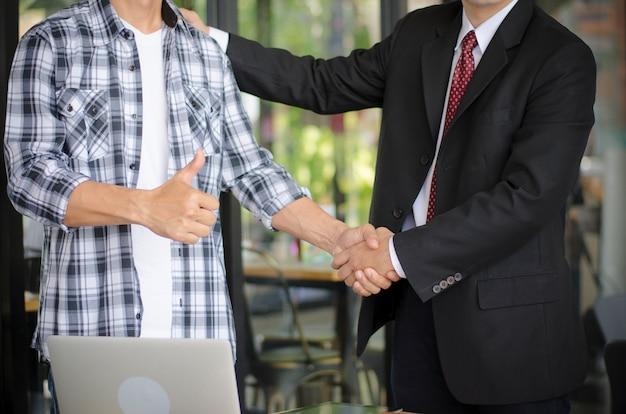 ビジネスパートナーはビジネスを行うことに同意します