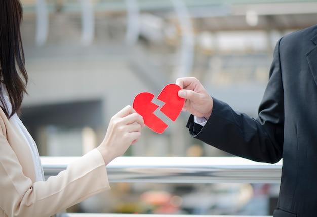 Пара, держащая разбитое сердце