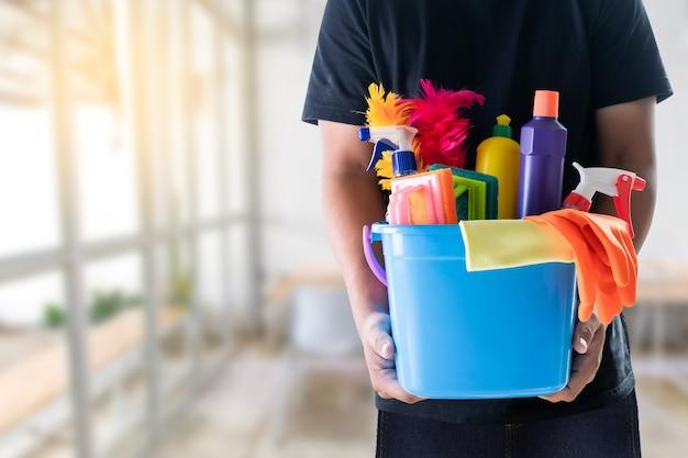 Концепция уборки человека чистая комната и офисные инструменты