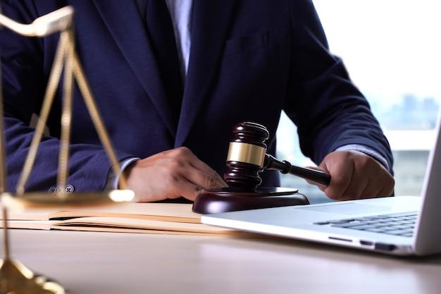 法律弁護士のコンセプトチームを持つ正義の弁護士