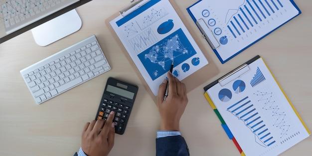 金融を分析する会計コンセプトを報告するチームワーク