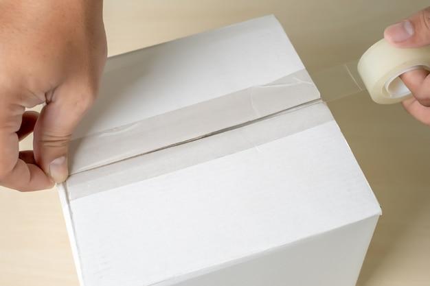 クローズアップマンパッキングボックス、粘着テープ屋内