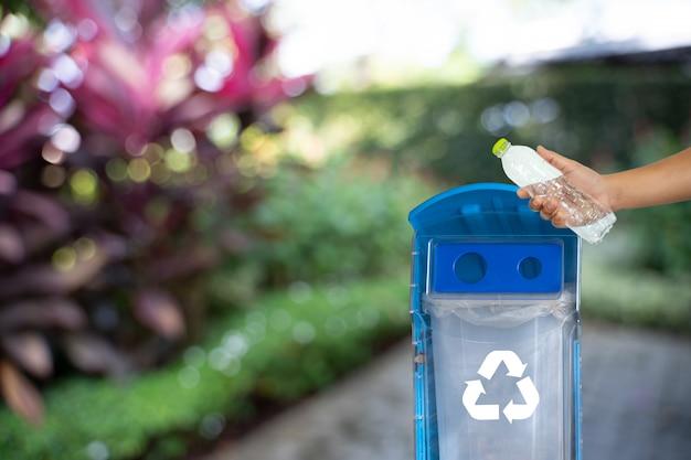 Человек рука положить пластиковые повторное использование для переработки концепции защиты окружающей среды мире рециркуляции