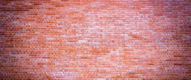 赤い色のバナーの広いパノラマのレンガの壁