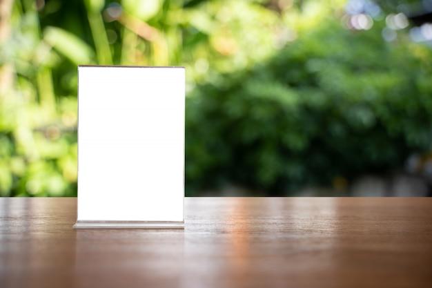 スタンドモックアップメニューフレームテントカード背景デザインのキーの視覚的レイアウトのぼかし。
