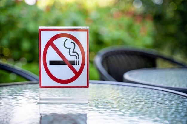 サインを吸わないでください。コーヒーカフェではサインインしないでください。