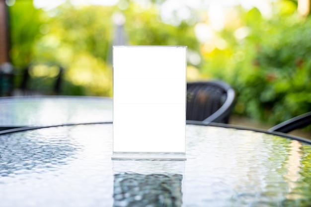 スタンドアップモックアップメニューフレームテントカードぼやけて背景デザインキービジュアルレイアウト。
