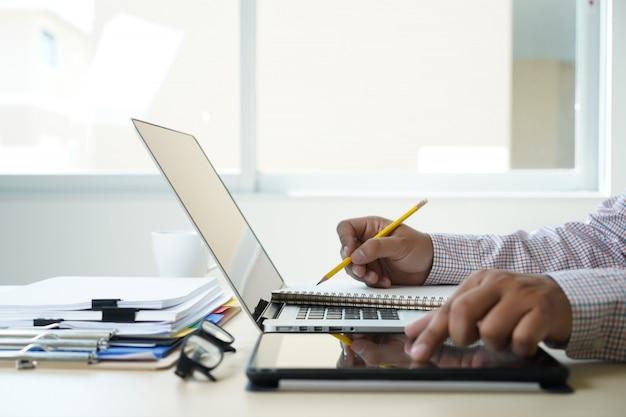 Двойная экспозиция деловой человек рука работает на ноутбуке на деревянный стол с социальной сети сетевой график