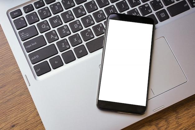 空白の画面を持つスマートフォン電話スクリーンのモックアップクローズアップ