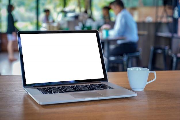現代の空白のスクリーンコンピューターとラップトップを使用してモックアップ