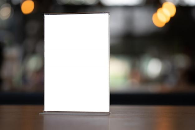 スタンドアップモックアップメニューフレームテントカードぼやけて背景デザインキービジュアルレイアウト