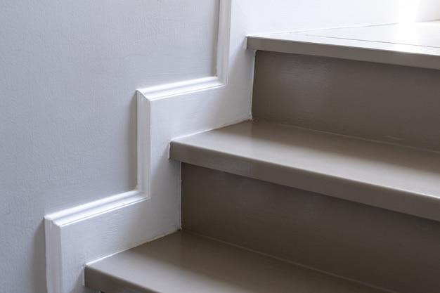 木製の階段付きアパートメント