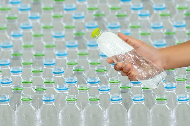 リサイクルのためのプラスチックの再利用コンセプト環境保護世界のリサイクル