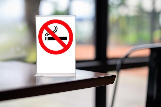 木製のテーブルに禁煙の標識