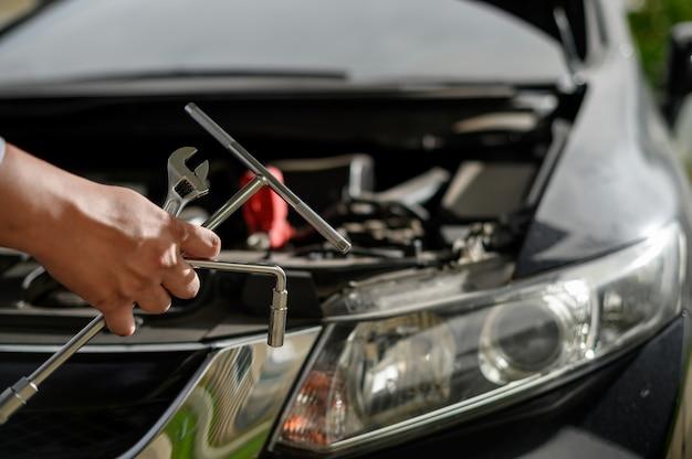 修理サービス車ガレージカーで働く自動車整備士