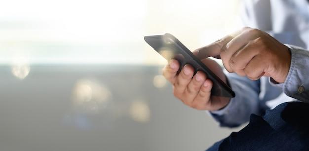 Мужчина держит цифровой планшет в руках