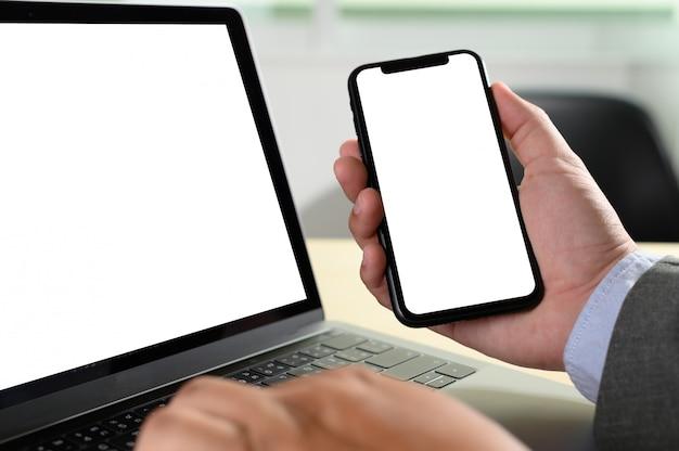 テーブルの上に空白の画面を持つノートパソコン