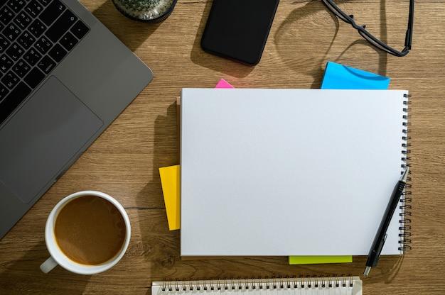 現代のラップトップコンピューターのトップビューに取り組んでいるオフィスデスクトップコンピューターラップトップ男の手