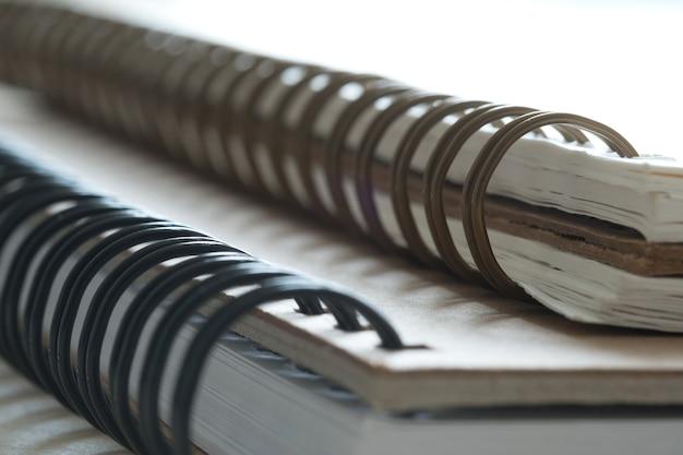 Экстремальный крупным планом спиральный ноутбук