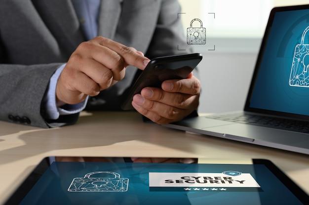 画面上のサイバーセキュリティを示すラップトップを持つ男