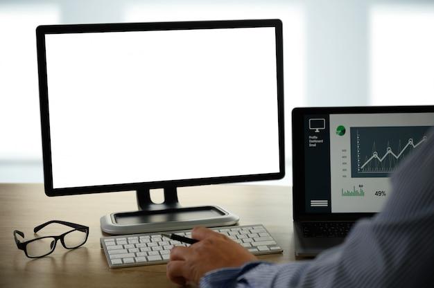 木製の机の上のノートパソコンに取り組んでビジネスの男の手の男テーブルの上の空白の画面を持つノートパソコン
