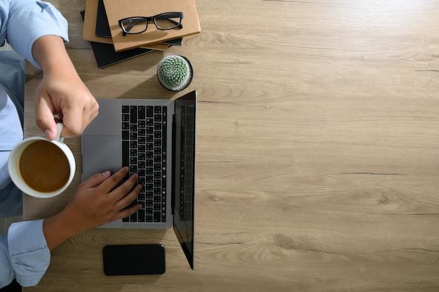 空白の画面、木製のデスクトップ上のフラットレイアウト卓上オフィスデスク