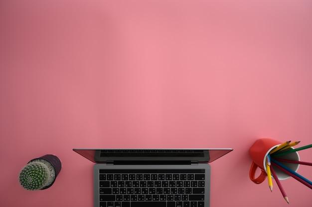 ラップトップ忙しい労働者を持つ男のトップビューきれいなコンピューターと創造的なデザイナーのデスクトップのクローズアップ