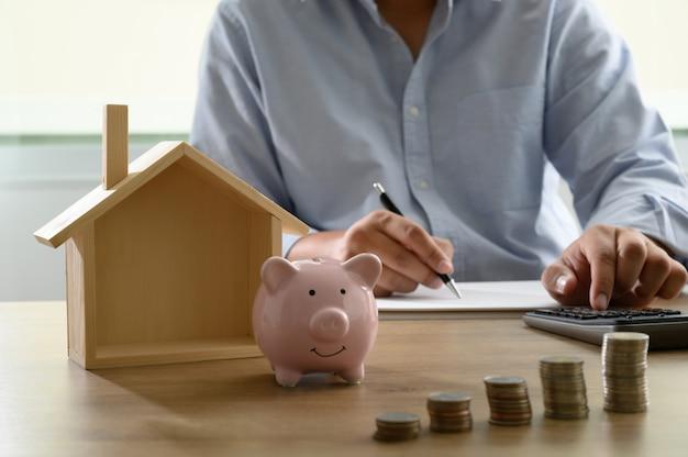 住宅コストを節約する勘定帳または財務諸表のためにお金を節約する住宅ローン/リバース・モーゲージ