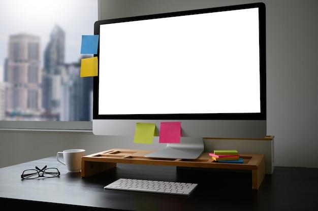 木製の机の上のラップトップコンピューターで作業するビジネスの男の手の男テーブルの上の空白の画面を持つノートパソコン