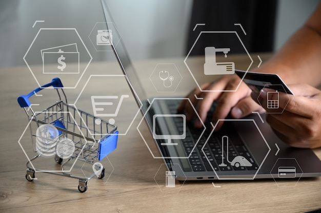 Деловые люди используют технологии электронная коммерция интернет глобальный маркетинговый план закупок