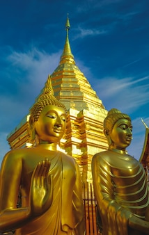 Храм в бангкоке таиланд древней архитектуры искусства чеди пхра то дой сутхеп в чианг май, таиланд азия