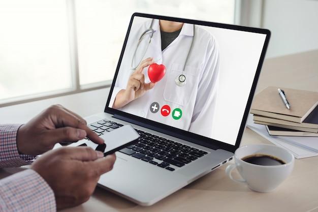 彼女の医師ヘルスケアコロナウイルスとの医療マンステイホームビデオコールへのオンライン相談遠隔医療