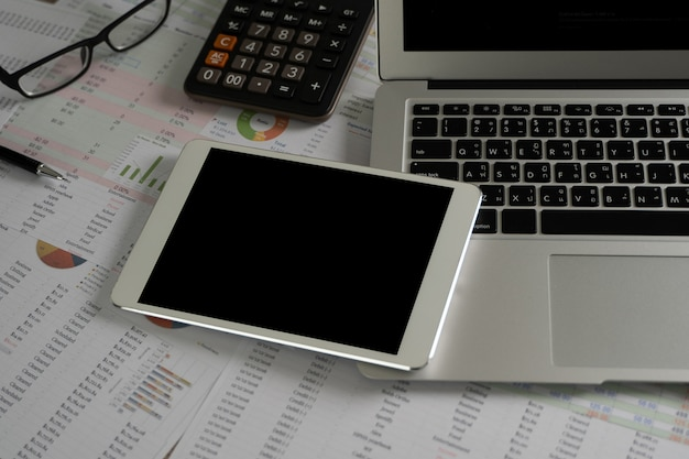 Ноутбук с пустой экран на столе. фон рабочего пространства нового проекта на портативном компьютере с пустой копией пространства экрана для вашего рекламного текстового сообщения