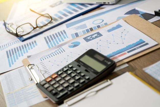 Бизнес бухгалтерия работает и анализирует финансовые документы аналитика статистика информация