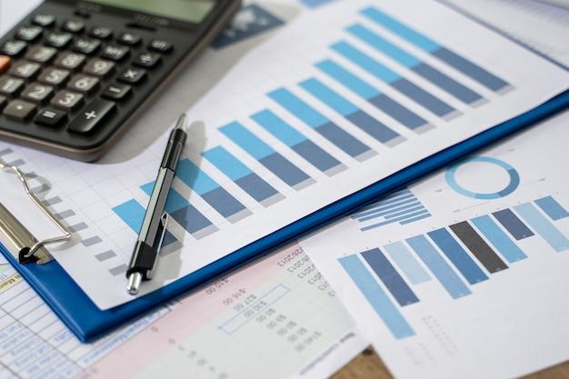 Калькулятор и ручка на графиках