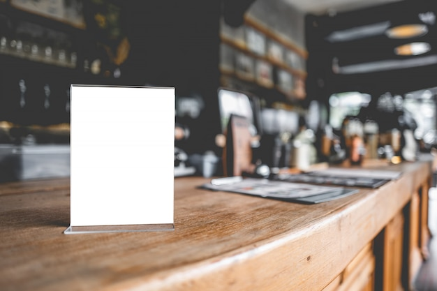 Пустой стенд меню или палатка карты в кафе или ресторане