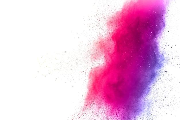 白い背景にピンク色の粉末の爆発。