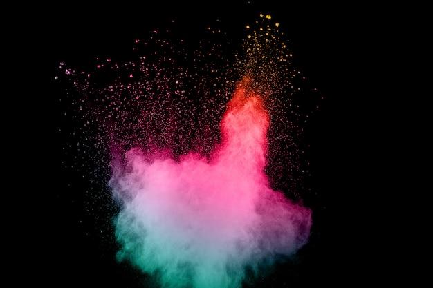 黒背景に抽象的なマルチカラーパウダー爆発。