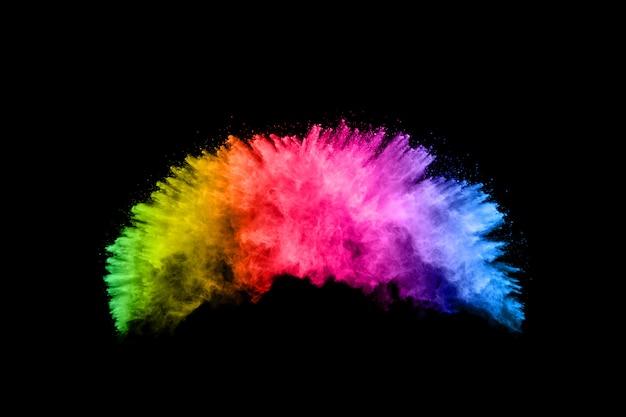 Красочный фон мела порошок. цветные частицы пыли, разбрызгиваемые на белом фоне.