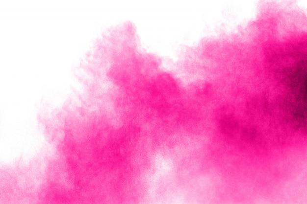 Розовый взрыв порошка на белой предпосылке. брызг пыли пинка.