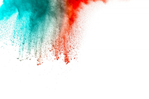 白い背景の上の抽象的な赤緑色の粉体爆発。塗装ホーリー。