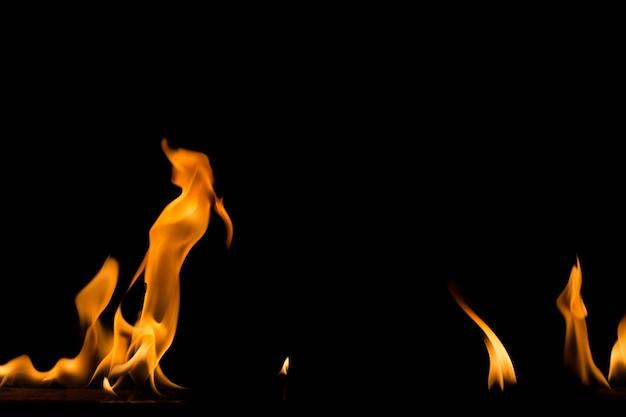 黒い背景に炎を発射します。炎火炎テクスチャ背景。