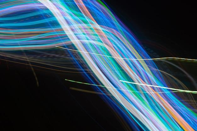 Абстрактные размытые линии света на черном фоне. легкие трассы