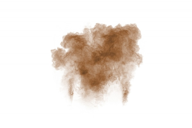 Коричневый дым на белом фоне. частицы коричневой пыли выдыхают в воздух.